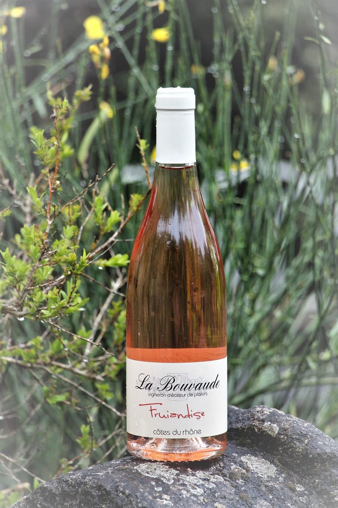 Bouteille de vin rosé posée sur un rocher La Bouvaude Fruiandise Rousset les vignes